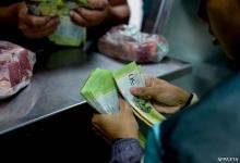 В Венесуэле стали взвешивать деньги для оплаты покупок